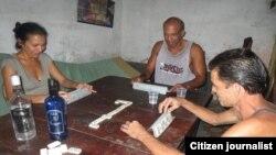 Como el ron es prohibitivo, los cubanos beben vodka barato, de fabricación nacional (JH.Fernández).