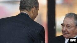 Barack Obama saluda a Raúl Castro