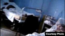 Hospitales donde reinan la mugre y el abandono. Durante una filmación furtiva en el Clínico Quirúrgico de 10 de Octubre, el Dr. Darsi Ferrer descubrió que el paciente al fondo de la foto estaba muerto.