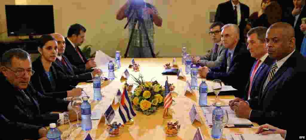 El secretario norteamericano de Transporte, Anthony R. Foxx (d) y el ministro de Transporte de Cuba, Adel Yzquierdo (i) se reúnen hoy, martes 16 de febrero, en La Habana (Cuba), para la firma un memorando de entendimiento entre los Gobiernos de EE.UU. y