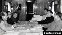 Dulce Antúnez (3ra de izquierda a derecha) junto a Blas Roca y Mao Tse-Tung.