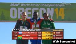 El triplista cubano Lázaro Martínez (c), ganador del IAAF World Junior Championships, en Eugene, Oregon.