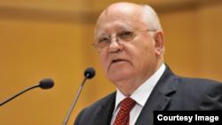 Gorbachov en la sede de la Cruz Verde Internacional.