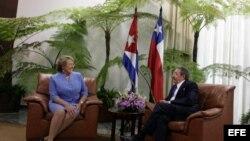 Fotografía de archivo de Michelle Bachelet (i), cuando se reunía, el 11 de febrero de 2009, con Raúl Castro (d), en el Palacio de la Revolución en La Habana (Cuba), en el marco de una visita oficial de 72 horas.