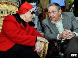Alicia Alonso junto a Raúl Castro. EFE