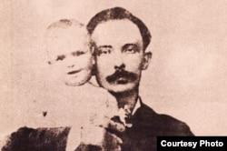 Martí y su hijo.