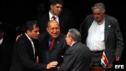 Los mandatarios de Ecuador, Venezuela y Cuba en Caracas, Venezuela, en la Cumbre de CELAC 2011.