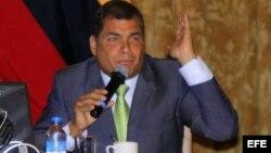 El presidente Correa cree que el asilo a Assange lo ayudará a reelegirse el año que viene, dice la revista.