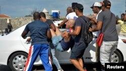 La policía cubana arresta a manifestantes en una marcha LGTBI en La Habana, el 11 de mayo de 2019.