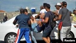 La policía cubana arrestó a algunos manifestantes que participaban en la marcha LGTBI en La Habana, el 11 de mayo de 2019.