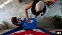 Un hombre vota en las elecciones municipales el 26 de noviembre de 2017, en un colegio electoral de La Habana (Cuba).