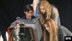 "La directora de la película ""Carrie"", Kimberly Peirce (i), junto a las protagonistas del film Chloë Moretz (c) y Julianne Moore (d)."