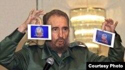 Fidel Castro enseñando fotos de Posada Carriles