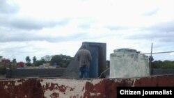 Reporta Cuba. Agente vigila la sede de UNPACU. Foto: Arcelio Molina.