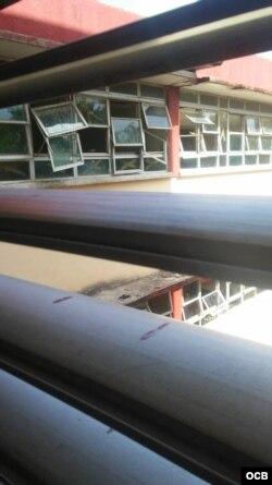 Ventanas rotas y salas sin ventilación adecuada.