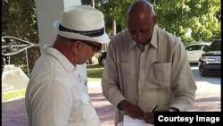 Guillermo Fariñas dedica libro en su presentación en Miami.
