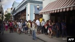 Cubanos y turistas hacen fila frente a la oficina de Western Union en La Habana. (Archivo)
