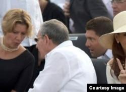 A los pies de Raúl Guillermo, el nieto del general, la jaba con la comida y bebida para su abuelo.