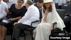 A los pies de Raúl Guillermo, el nieto del general, la jaba con el bocadito y la Coca Cola de su abuelo.