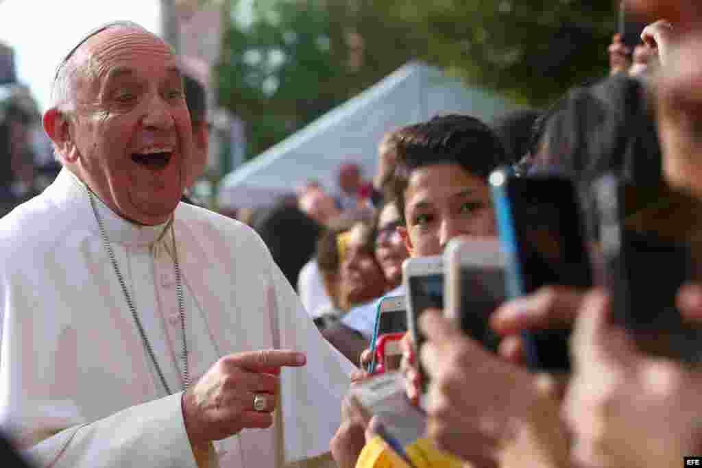El Papa Francisco se toma selfies con los niños durante su visita a la escuela Nuestra Señora Reina de los Angeles. EFE