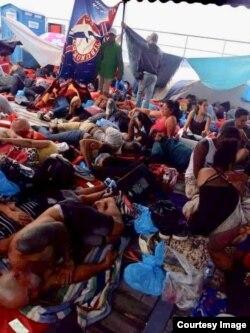 Apilados en un barco los migrantes son trasladados desde Puerto Obaldía hasta la capital, y luego hasta Chiriquí.