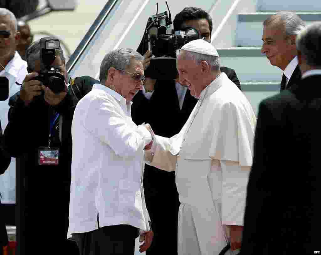El papa Francisco (d) se despide de Raúl Castro en el aeropuerto Antonio Maceo de Santiago de Cuba.