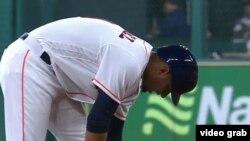 Yuliesky Gurriel, quieto en basae, en el juego contra los Rays. (Captura de video MLB)