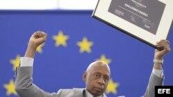 El opositor cubano Guillermo Fariñas Hernández posa con el puño en alto tras aceptar el premio Sájarov durante un acto celebrado en el Parlamento Europeo en Estrasburgo (Francia), el miércoles 3 de julio de 2013.