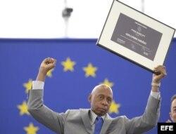 Guillermo Fariñas tras aceptar el premio Sájarov durante un acto celebrado en el Parlamento Europeo en Estrasburgo el 3 de julio de 2013.