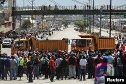 Los camiones bloquean las carreteras principales durante las protestas en Carapungo, cerca de Quito, Ecuador.