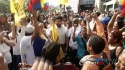 Diputados opositores echan abajo símbolos chavistas