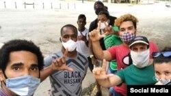 Miembros del Movimiento San Isidro protestan frente a la unidad policial de Cuba y Chacón, en La Habana (Facebook).