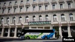 Un ómnibus propiedad de Gaviota, empresa administrada por las fuerzas armadas en Cuba, parqueado enfrente del Gran Hotel Manzana, también de Gaviota.