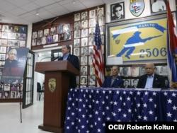 """Pedro Corzo introduce la presentación del libro """"Al borde de la muerte""""."""