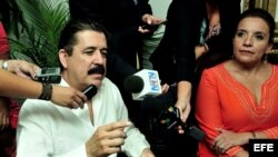 El expresidente hondureño Manuel Zelaya (i) habla junto a su esposa, Xiomara Castro de Zelaya (d).