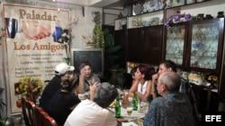 """Varias personas almuerzan en el restaurante privado """"Los Amigos"""", en La Habana, Cuba"""