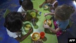 """Niños que almuerzan en un comedor benéfico en Venezuela. Más del 20 por ciento de los venezolanos están desnutridos, según el informe de 2020 de la ONU """"Panorama Humanitario Mundial""""."""