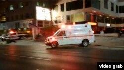 Una ambulancia conduce a uno de los cuatro heridos de una jornada de violencia en Cancún que dejó además dos personas muertas, entre ellas un joven cubano.