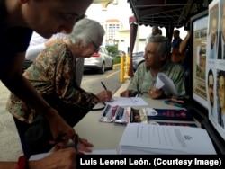 Cubanos firman en el restaurante Versailles para que Raúl Castro sea procesado. 23 de junio de 2018