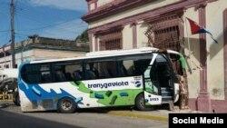 Un ómnibus de la empresa Transgaviota, chocó contra una cisterna en Cárdenas, Matanzas y dejó varias personas heridas.