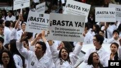 Médicos ecuatorianos se manifiestan hoy, lunes 27 de enero de 2014, en contra de la regulación de la mala práctica profesional en el nuevo Código Penal, por la calles de Quito (Ecuador).