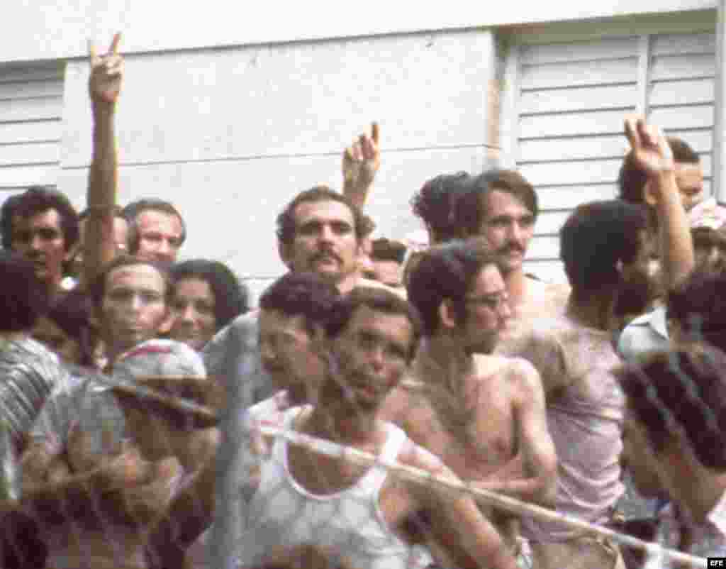 Es el 1 de abril de 1980. Luego de que un ómnibus repleto de cubanos reventara el cerco de la embajada peruana en La Habana, se produce un tiroteo que causa la muerte de un policía.
