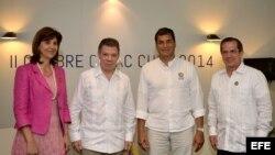 Los presidentes de Colombia y Ecuador, Juan Manuel Santos (2i) y Rafael Correa (2d), posan junto a sus cancilleres, María Ángela Holguín (i) y Ricardo Patiño (d).