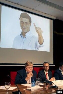 Leopoldo López Gil (i), padre del opositor preso Leopoldo López analiza la situación de Venezuela en un acto promovido por la Asociación de Estudiantes Independientes de la Universidad de Salamanca