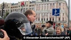La policía detiene a un reportero en Moscú en agosto de 2019. El gobierno de Rusia está incrementando su hostigamiento a los periodistas, dicen grupos de derechos humanos. Foto: © Alexander Zemlianichenko/AP.