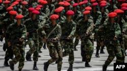 Soldados venezolanos en un desfile militar.