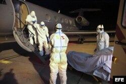 Fotografía facilitada de la llegada del médico cubano Félix Báez Sarría (2º izq), contagiado de ébola en Sierra Leona, al Aeropuerto Internacional de Ginebra (Suiza) en la noche del 20 de Noviembre de 2014.
