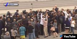 Reporteros siguen a Obama en su recorrido por la Plaza.