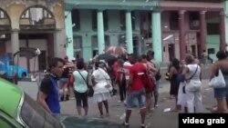 Activista de UNPACU lanza octavillas en La Habana.