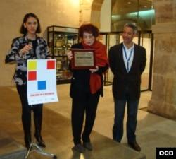 """Nivaria Tejera (c); James Pancrazio, coordinador del Congreso Internacional sobre Creación y Exilio; y Grace Piney, durante el acto de entrega del premio """"Con Cuba en la distancia"""". Valencia, España, 2008."""